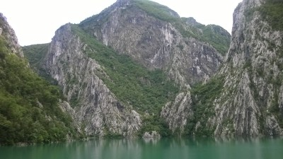Splendidi paesaggi dal lago Komani