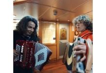 Giuseppe suona sul traghetto insieme ad una comitiva di arbëreshe calabresi