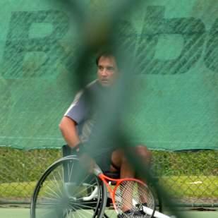 Mi necesidad de movimiento, de descubrimiento y sobre todo de crecimiento. Me llevó a uno de los deportes más populares que se practican en el mundo sobre una silla de ruedas - El tenis - . Nunca lo aprendí a jugar bien mientras caminaba. Ahora me desafiaba a buscar opciones y soluciones a todas y cada unas de nuestras interrogantes. Para ese momento en Venezuela, no existía nadie que practicara el tenis en silla de ruedas. Así que amigos, familia y hasta mis antiguos clientes (en Arquitectura) de DYNAMICS emprendimos ese camino de descubrimiento de herramientas para ir más allá de lo que estábamos seguros que podíamos lograr.
