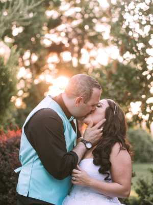 laurel creek manor wedding photo couple kissing in the sunset seattle wedding photographer