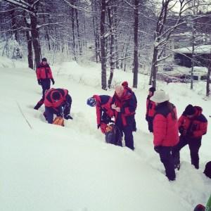 Instruktori vježbaju izradu presjeka snijega.