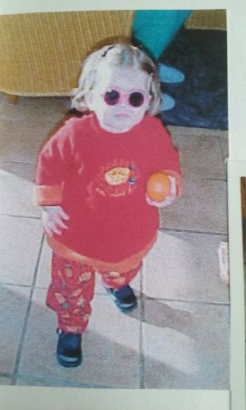 Bébé Zuki avec des lunettes de soleil rose fluo