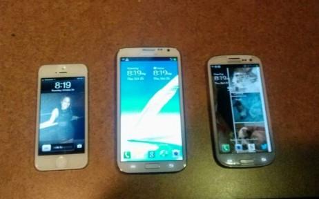 Samsung Galaxy Note II - iPhone 5 (left) and Samsung Galaxy S III (right)