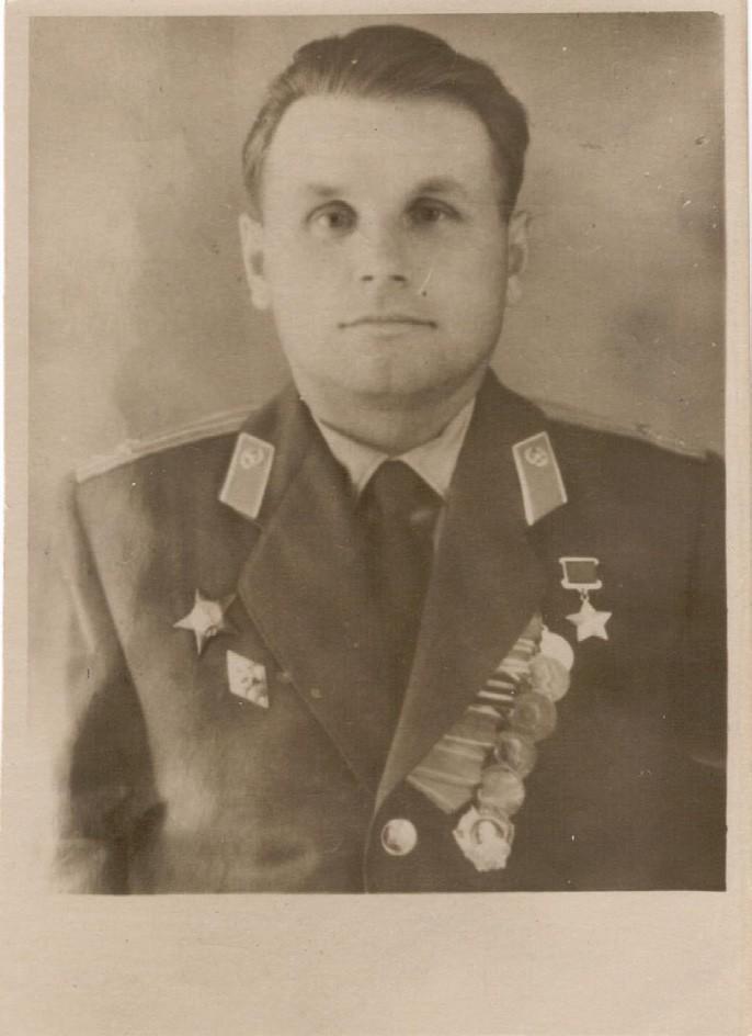 Личное дело Томилина Л.Ф.: фотография послевоенных лет. ЦГА ПМР. Ф. 1053. Оп. 1. Д. 3. Л. 1.