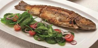 Egészben sült pisztráng bébiparaj-salátával (Áman Attila séf receptje)