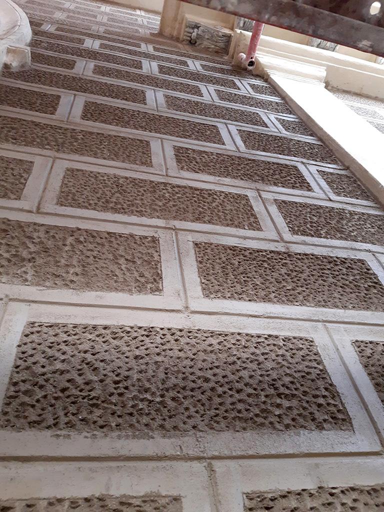 Vista detalle fachada sillería abujadada recuperada