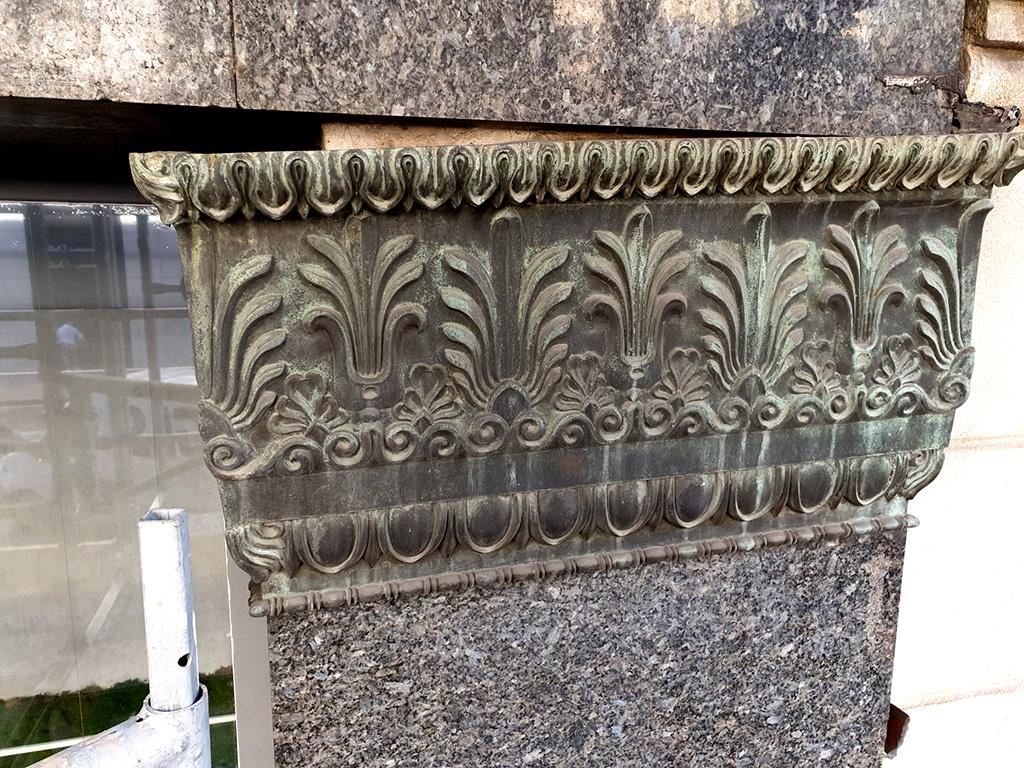 Capitel de bronce antes de la limpieza