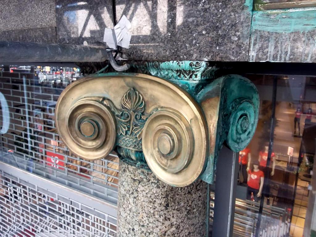 Capitel de bronce con volutas