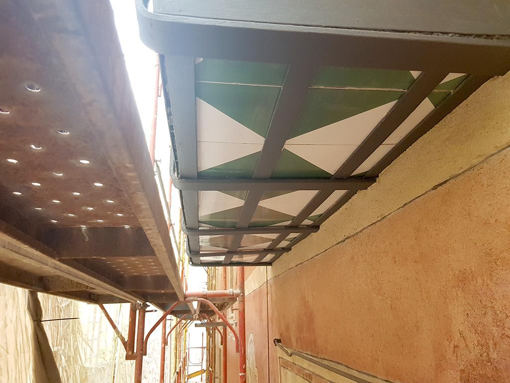 Vista ingerior balcón rehabilitado, forja de hierro y cerámica