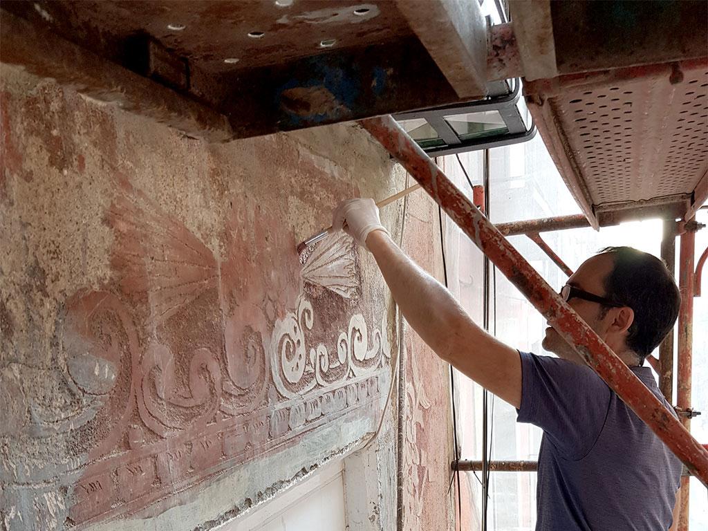 Artesano artísta en el procceso de recuperación de los esgrafiados