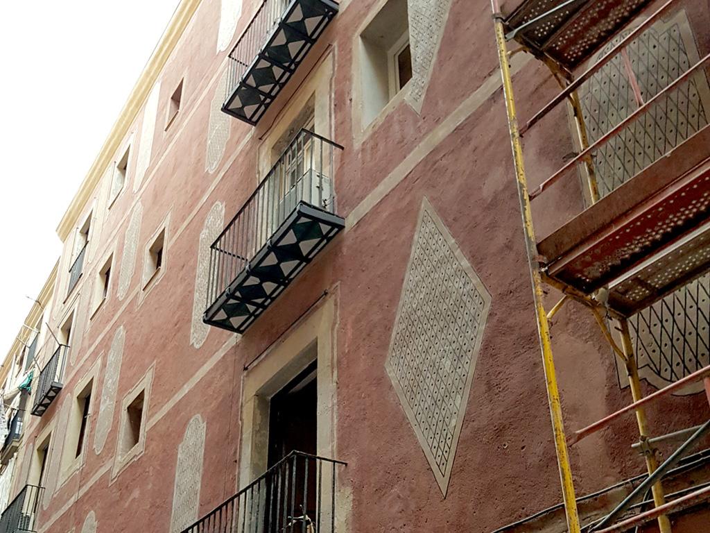 Vista fachada esgrafiados geométricos barrocos