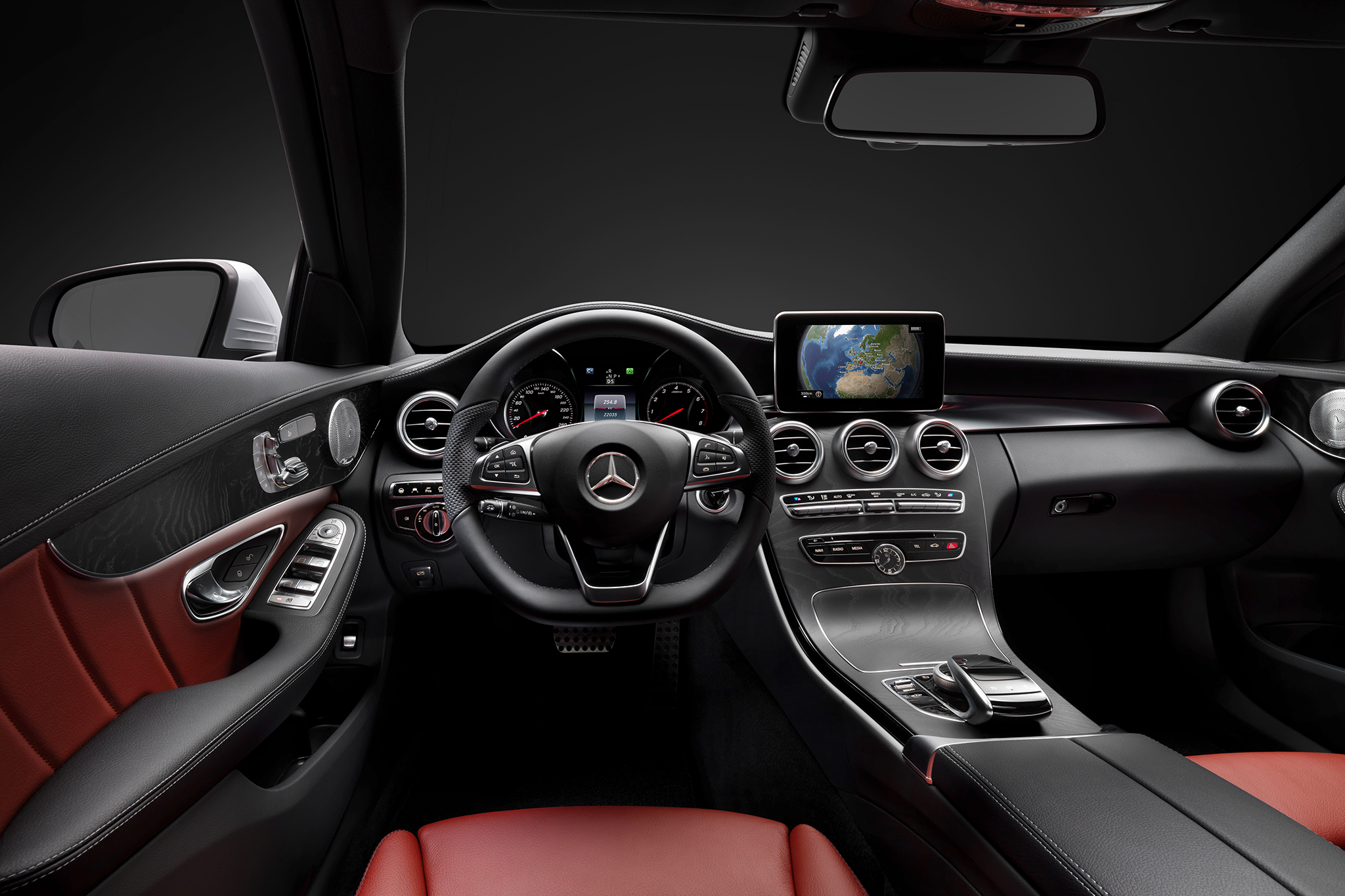 2015 Mercedes-Benz C-Class Cockpit and Speedometer