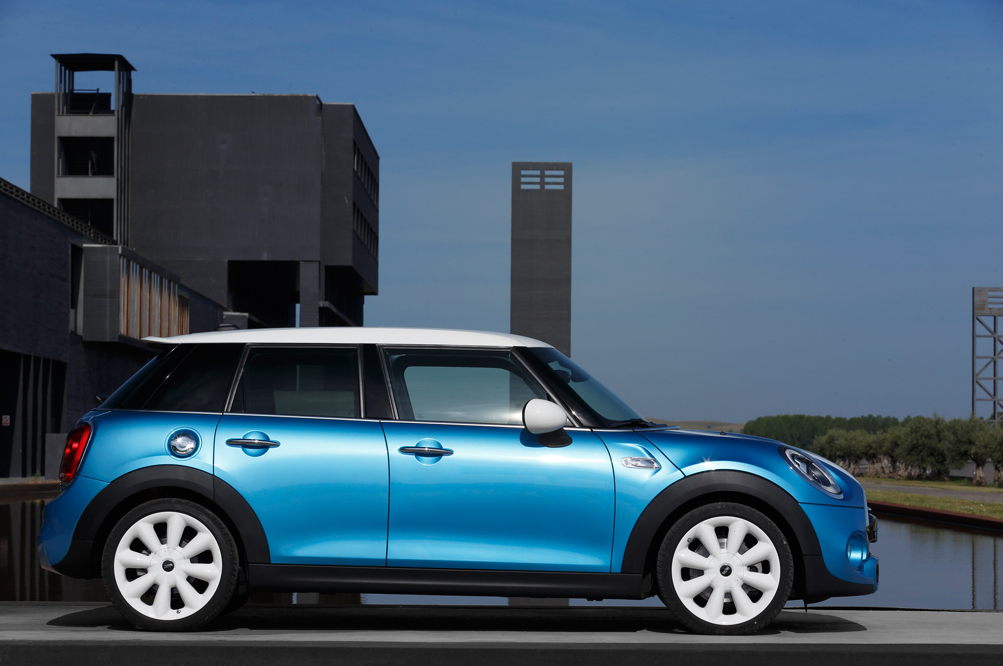 2015 Mini Cooper Hardtop 4-Door Side Design