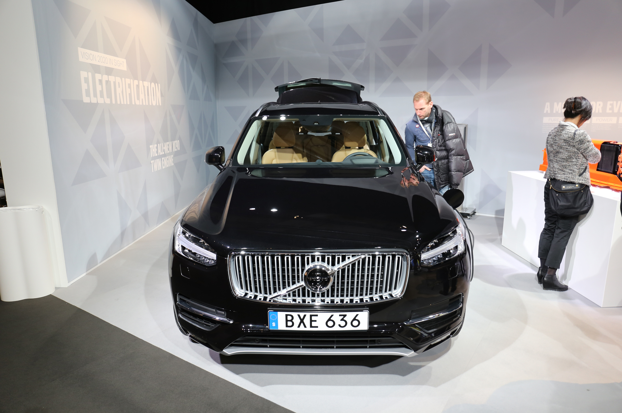 2016 Volvo XC90 T8 Black Exterior Preview
