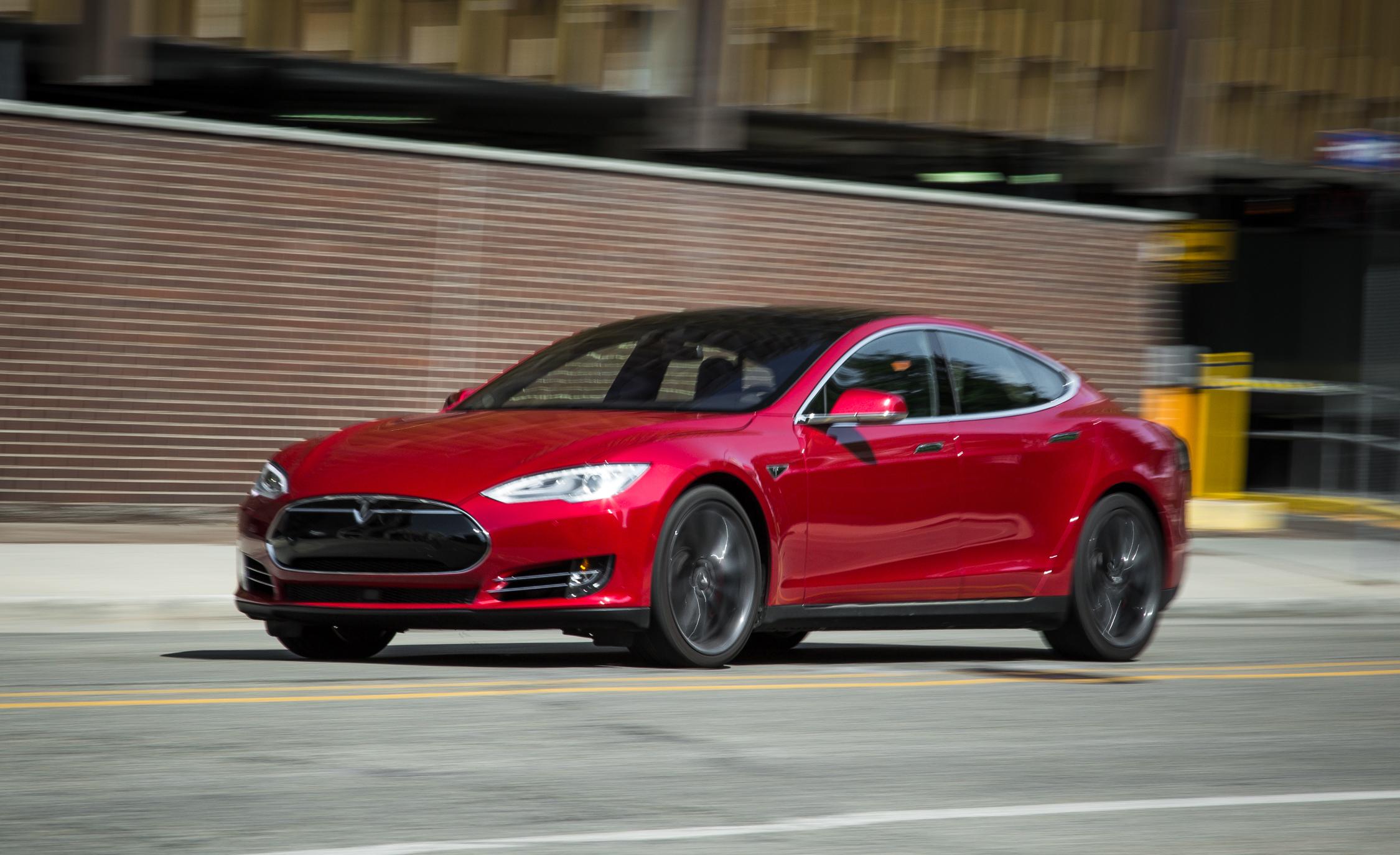 2015 Tesla Model S P85D Preview Test
