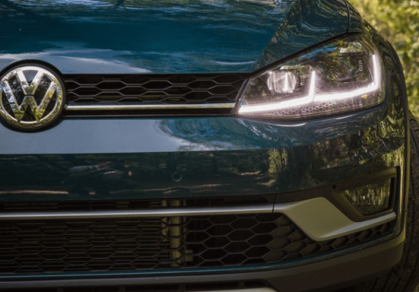 2018 Volkswagen Golf Alltrack grille headlights review