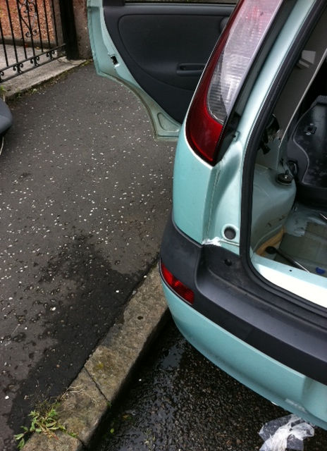 Fix of water leak into boot on Corsa C (3/6)
