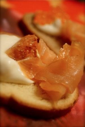 Salmone leggermente affumicato con polpa di fichi maionese leggera alla cipolla e pane brioche