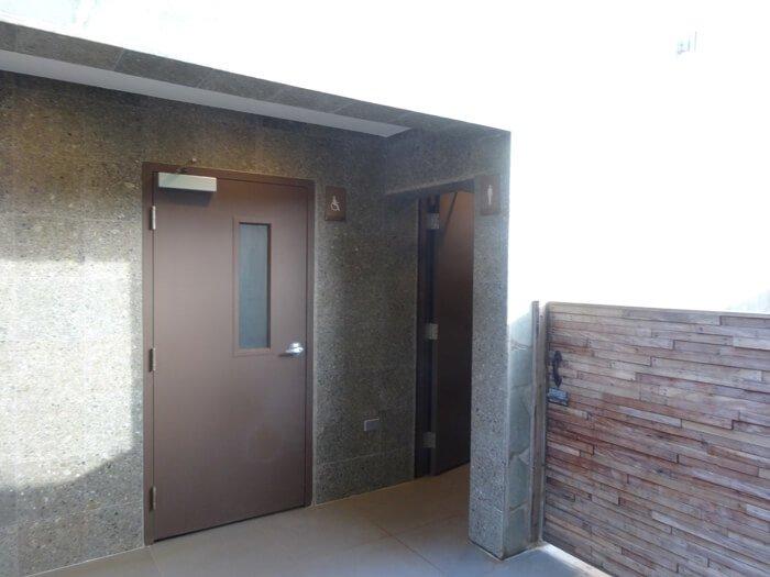 デュシタニ グアム リゾートのプールのトイレ
