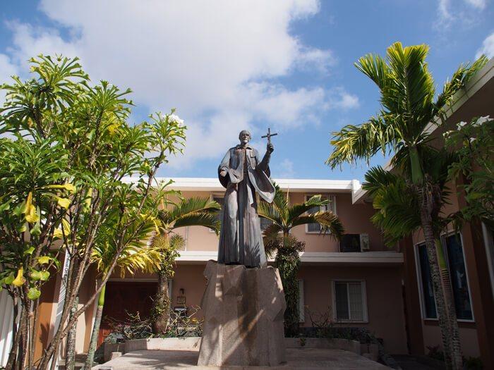 サン・ビトレス神父像