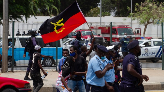 Angolan police fire tear gas on anti-govt protesters
