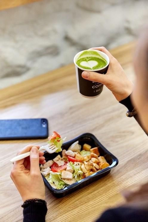 матча латте, девушка в кафе, кахви и салатти, кафе, кофейня, петрозаводск, ленина 24а, кофе, еда с собой, kahvi & salaatti