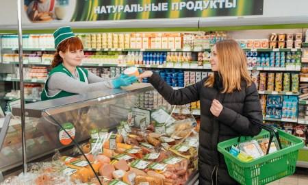 покупательница, девушка покупает колбасу, олония, колбаса, купить продукты, магазин, петрозаводск, дегустация, карелия, колбасная продукция, сосиски, сардельки