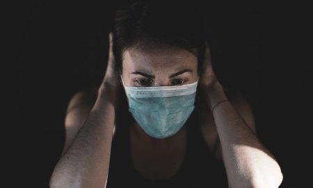 девушка в маске, паника, страх