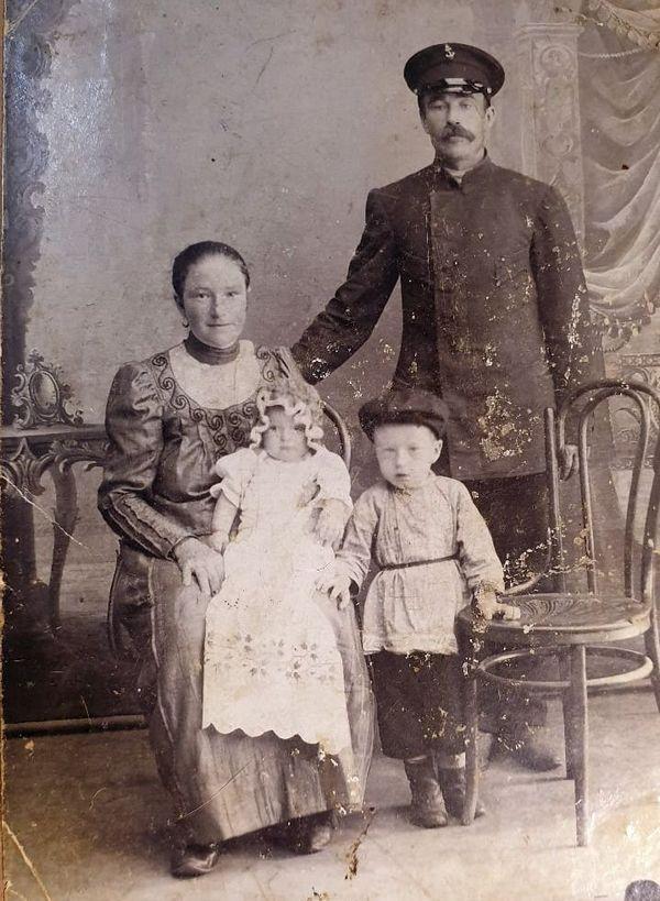 ретро фото молодая пара с детьми