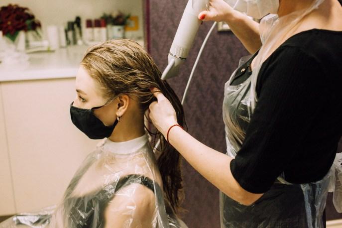 девушка у парикмахера, сушка волос, сушка головы, фен, эстель, мон плезир, mon plaisir, империя стиля, петрозаводск, салон красоты, новый год, сертификат, идея подарка, подарочный сертификат