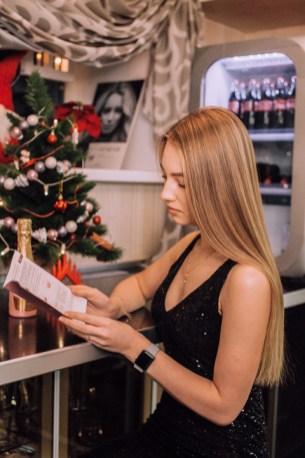 девушка в салоне красоты, эстель, мон плезир, mon plaisir, империя стиля, петрозаводск, салон красоты, новый год, сертификат, идея подарка, подарочный сертификат