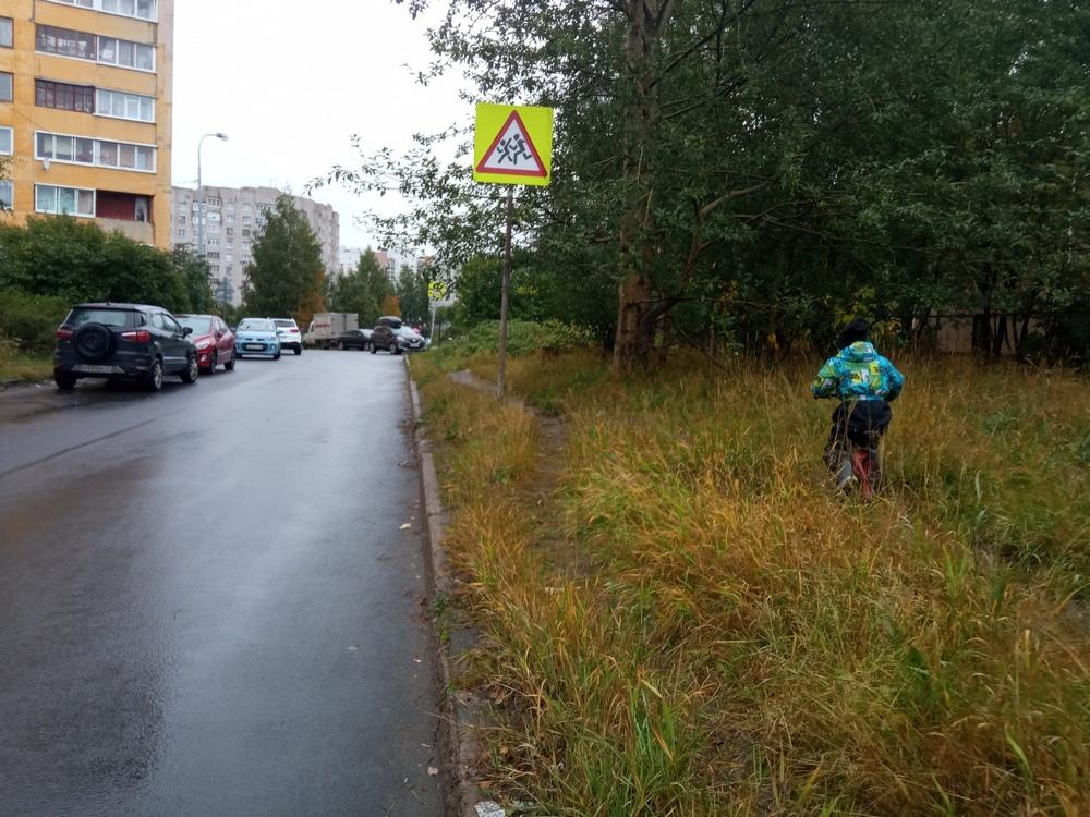 ребенок идет вдоль дороги