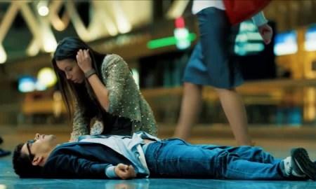 Девушка склонилась над мужчиной без сознания