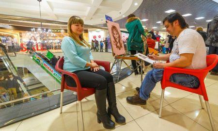 женщину рисуют