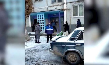 мужчина нападает на полицейских