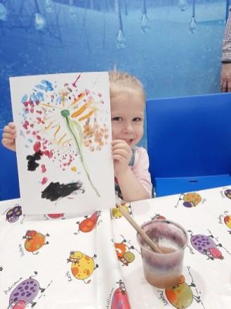 девочка нарисовала рисунок, детский рисунок, боше парк, петрозаводск, город профессий