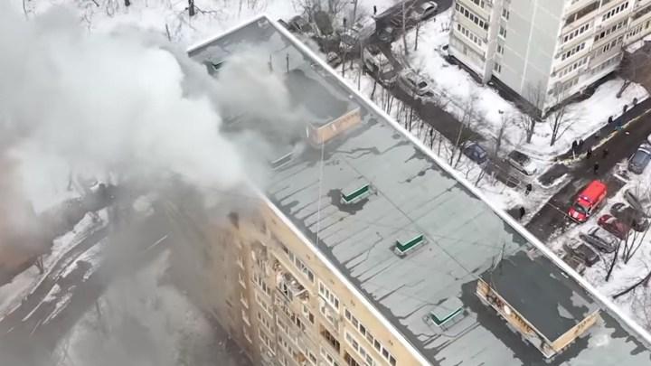 дом после взрыва из окон идет дым