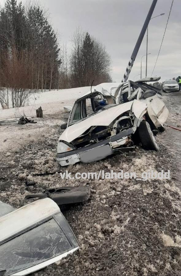 Белая машина разбита в хлам и стоит на обочине дороги