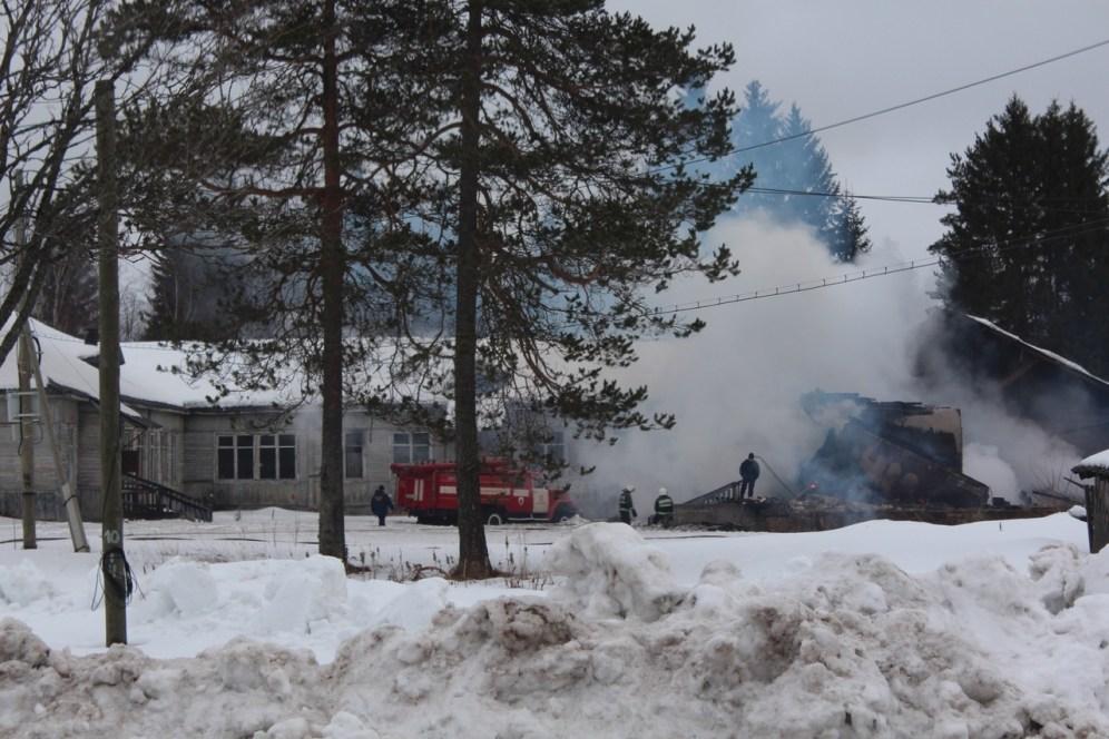 Пожарные тушат горящее здание школы
