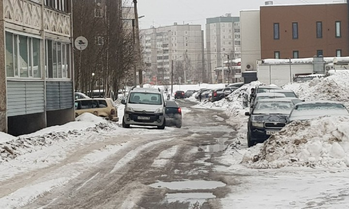 Двор Петрозаводска, в котором не убран снег.