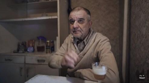 Виктор Мохов сидит у себя на кухне