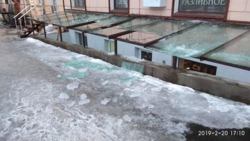 Осколки после схода льда с крыши в Петрозаводске