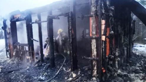 пожарные тушат дом