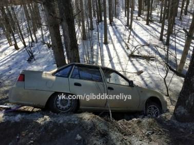 Машина врезалась в дерево на трассе
