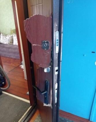 Силовики выломали дверь