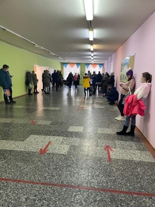 Родители в Петрозаводске стоят в очереди для записи детей в школу