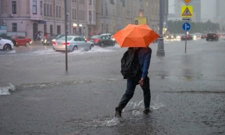 сильный ливень в городе