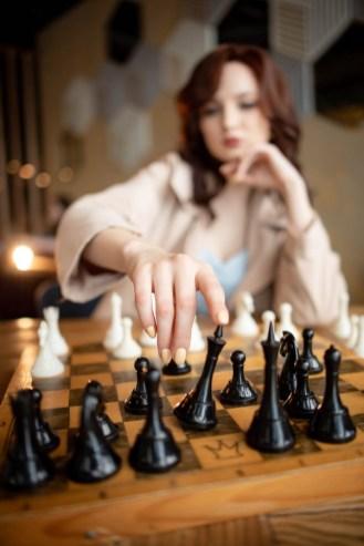 рыжая девушка играет в шахматы, фотосессия в стиле ход королевы, шахматы, турин, петрозаводск, ресторан винегрет, губерния дейли