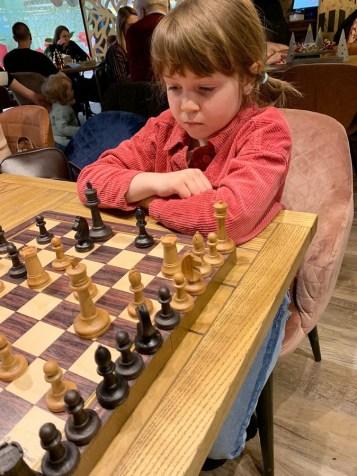девочка грает в шахматы, шахматный турнир, шахматы, ресторан винегрет, губерния дейли, петрозаводск