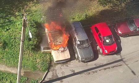 В петрозаводском дворе загорелся автомобиль